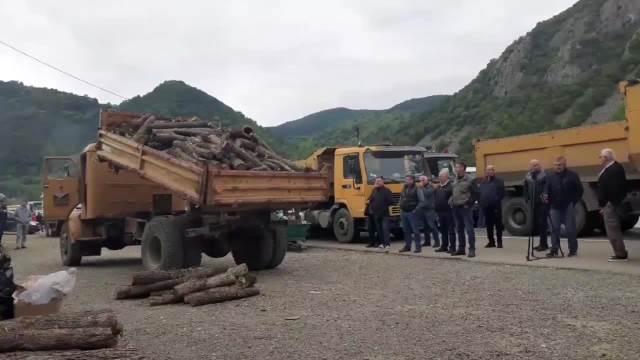 Srbi na Jarinju spremaju se za ledenu noć u blokadi