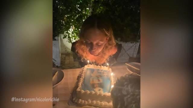 ZAPALILA KOSU DOK JE DUVALA SVEĆICE! Nikol Riči slavila jubilej, koji se završio VRISKOM: Za sada su četrdesete VATRENE! (VIDEO)
