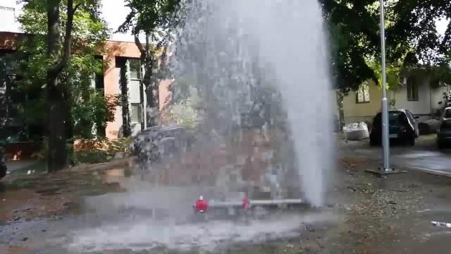 KATASTROFALNA POPLAVA U CENTRU GRADA Oboren hidrant kod crkve Svetog Marka, voda se sliva sve do Takovske ulice