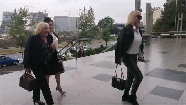 Mirjana Antonović nasmejana u kratkoj bundi stigla na sud