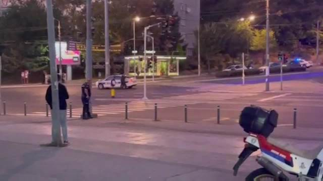 DRAMA U USTANIČKOJ: Muškarac preti sa pištoljem, policajci sa pancirima ga opkoljavaju 2