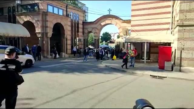 SAHRANA IVANA TASOVCA: Jecaji na Novom groblju, ljudi se okupili da isprate čuvenog Tasu na večni počinak