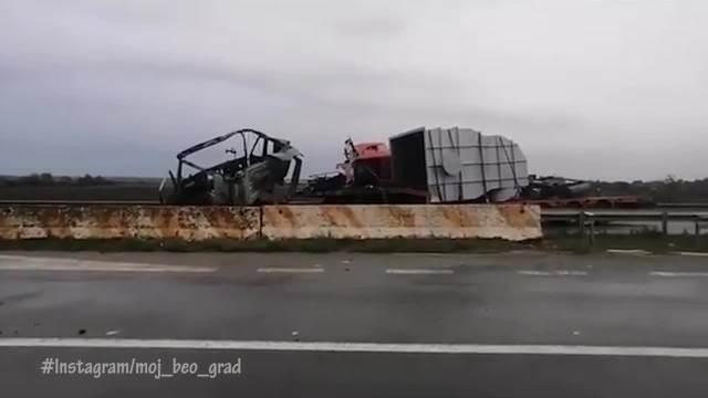 TEŠKA NESREĆA NA OSTRUŽNIČKOM MOSTU: Dva kamiona se sudarila pa se zapalila, sve stoji! VOZAČI JAVLJAJU DA IMA I POGINULIH