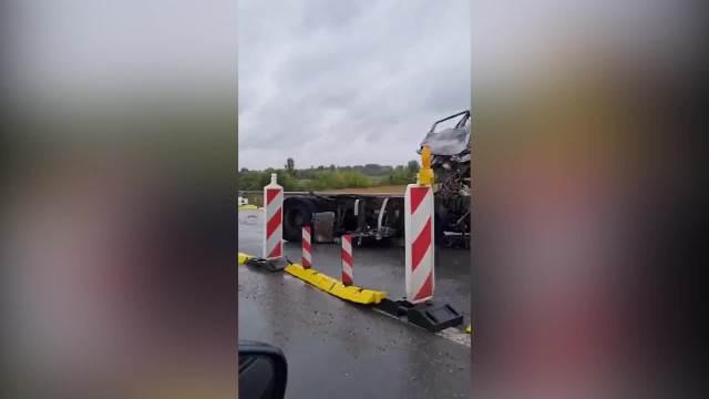 TEŠKA NESREĆA NA OSTRUŽNIČKOM MOSTU: Dva kamiona se sudarila pa se zapalila, sve stoji!