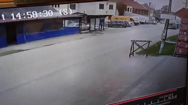 UZNEMIRUJUĆE! JEZIV SNIMAK: Motociklista ubija ženu kod Čačka! (VIDEO)