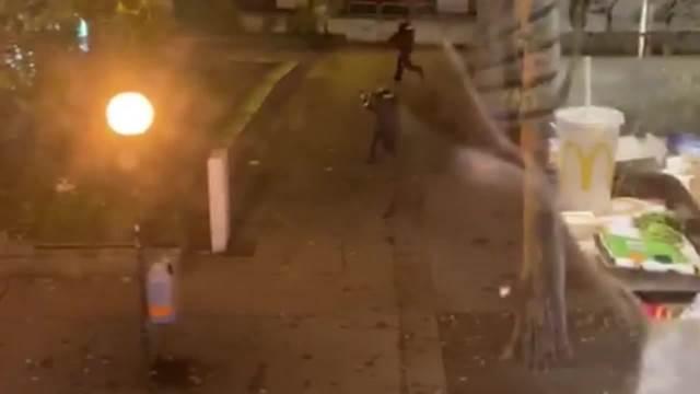 POGLEDAJTE! TERORISTA RANJAVA POLICAJCA U BEČU